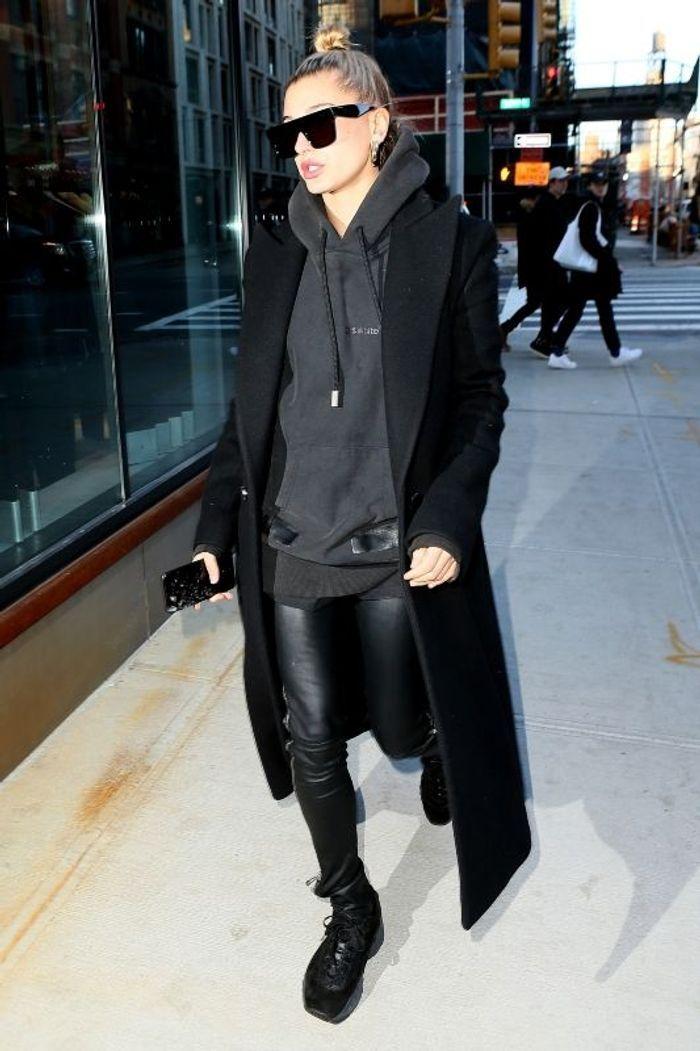 Hailey Baldwin en total look noir