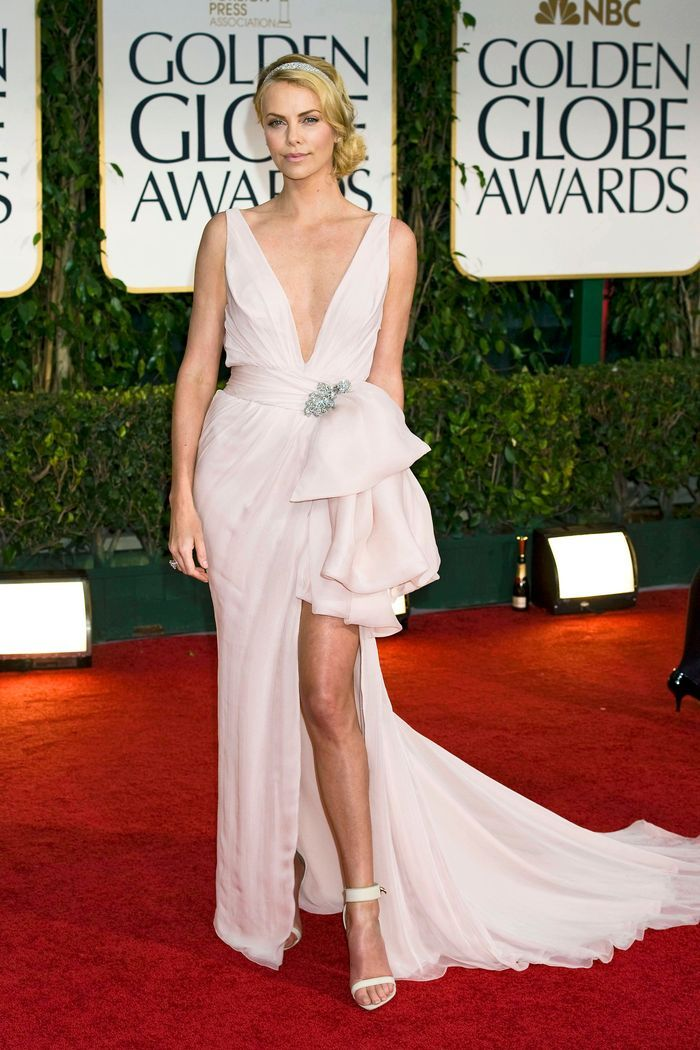 La robe fendue de Charlize Theron