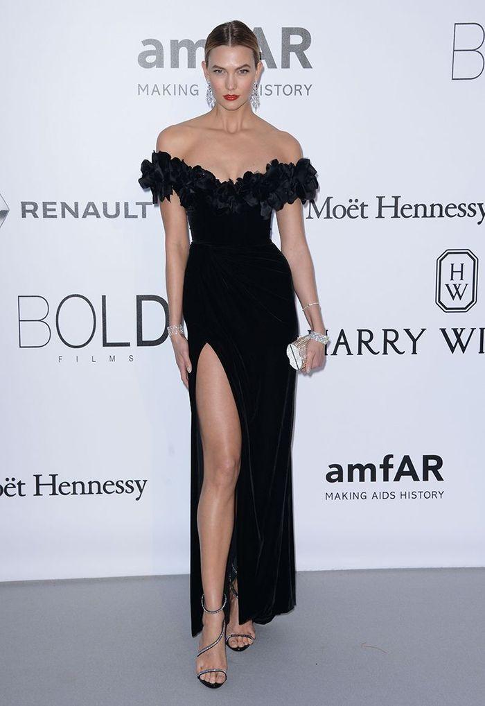 La robe fendue noire de Karlie Kloss