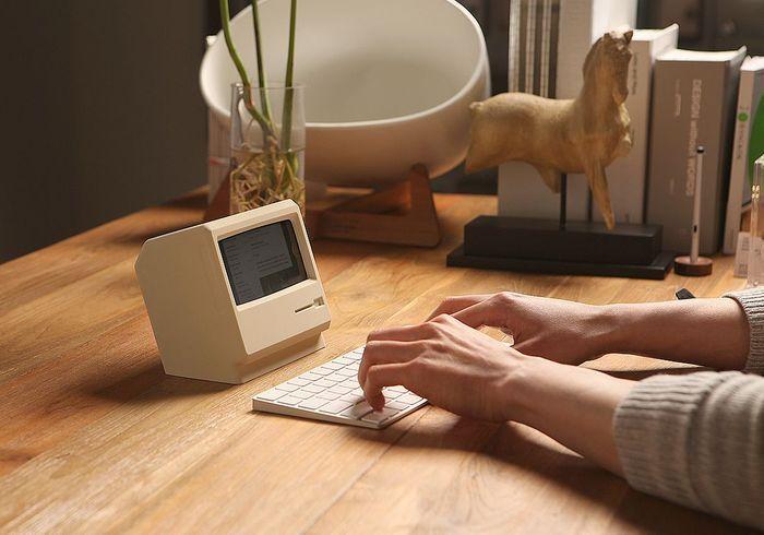 Stand pour Iphone en forme de Mac retro