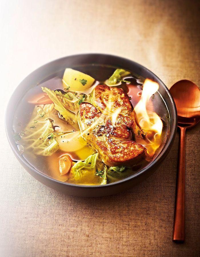 Bouillon de pot-au-feu, foie gras flambé