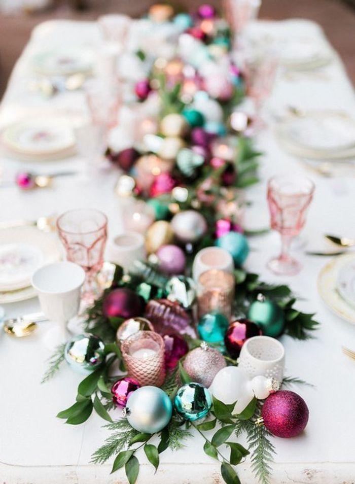 Une table de fête colorée