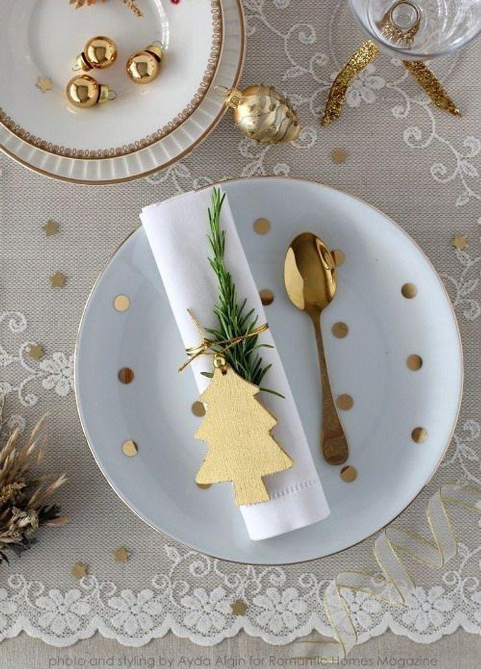 Une table de fête dorée