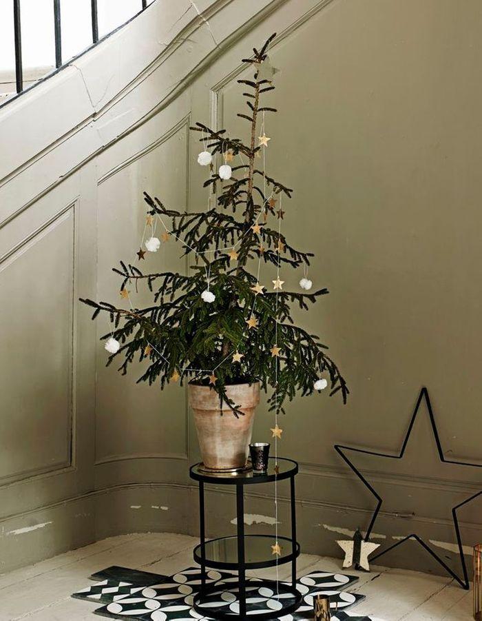 Arbre de Noël avec une guirlande étoilée