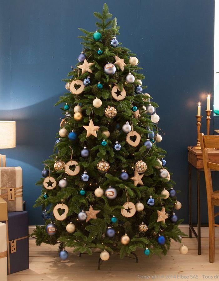 Arbre de Noël qui mixe le bleu et le bois