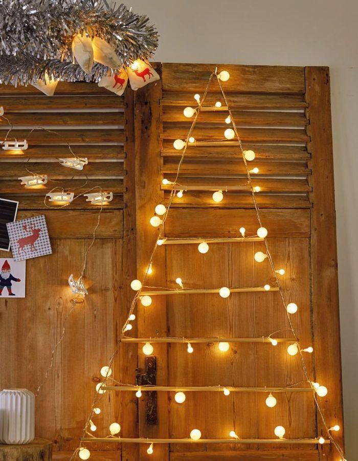 Faux sapin de Noël avec une guirlande lumineuse