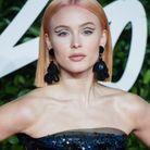 Zara Larsson avec des cheveux roses et un eye-liner sur ses paupières