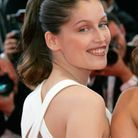 Les cheveux longs attachés en queue-de-cheval de Laetitia Casta à Cannes en 2005
