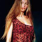 Les longs cheveux lisses de Laetitia Casta lors du défilé Victoria's Secret le 3 février 1999 à New York