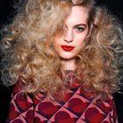 Coiffure coiffée-décoiffée cheveux bouclés