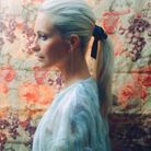 La queue-de-cheval avec ruban de Poppy Delevingne