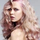 Blond fraise sur cheveux bouclés