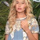 Hailey Baldwin avec une frange effilée cheveux bouclés
