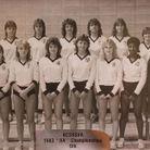 Pamela Anderson en haut à gauche brune et cheveux courts en 1983