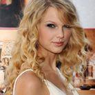 2008 : Taylor Swift au cheveux longs et frisés