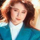 Shannen Doherty coiffée d'une frange et de longueurs lisses 80's