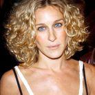Sarah Jessica Parker blonde avec un carré court cheveux frisés en septembre 2002