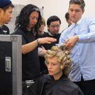 Le coiffeur Mark Hampton en plein brief