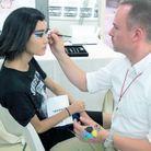 Le make-up artist, Peter Philips, en plein travail