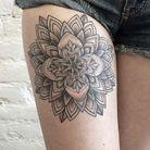 Idée tatouage : une rosace sur la cuisse
