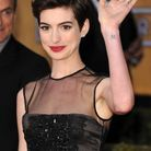 Le tatouage lettre sur le poignet d'Anne Hathaway