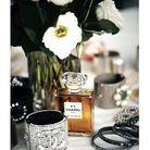 L'eau de parfum et de superbes bijoux Chanel, comme une ode à la féminité