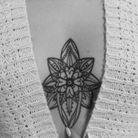 Underboobs tattoo en rosace