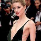 La robe d'Amber Heard laisse entrevoir plus que ses tatouages