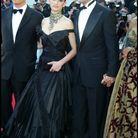 Montée des marches de Penelope Cruz dans une robe noire Dior en 2003