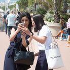 Une pause selfie avec les fans pour Leïla Bekhti