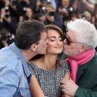Tendre baiser entre Antonion Banderas, Penélope Cruz et Pedro Almodovar