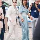 Le jeune couple dans les rues de Cannes