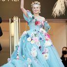Sharon Stone salue la foule depuis les marches dans sa robe Dolce&Gabbana