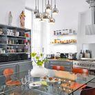 Une cuisine avec des casiers de postier