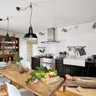 Une cuisine avec un meuble de métier reconverti