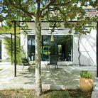 Maison noir et blanc jardin