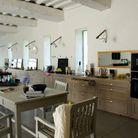 Une cuisine dans un loft d'artiste