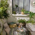 Multiplier les coussins de sol pour un petit balcon cocooning