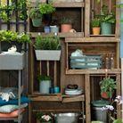 Superposer des caisses en bois pour un petit balcon avec rangements