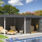 Une cabane de jardin à proximité de la piscine