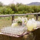 Disposer une planche de bois sur une botte de foin pour servir les boissons