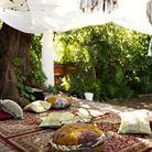 L'idée à retenir : un tapis et des coussins au sol pour un jardin bohème