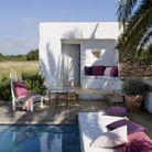 Coin sieste dans le jardin via un matelas placé au bout de la piscine