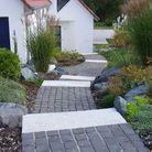 Une allée de jardin en pierres