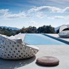 Une terrasse avec piscine qui joue la carte de l'épuré