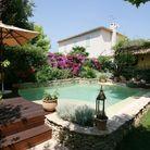 Bordez votre piscine avec un muret en pierres apparentes