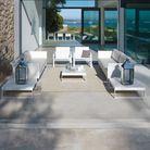 Un salon de jardin blanc