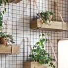 Habiller un mur ou une partie d'un treillis pour y suspendre des jardinières en bois