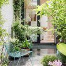 Opter pour du mobilier qui se fond dans le paysage dans le patio