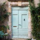 Une porte colorée de style régional